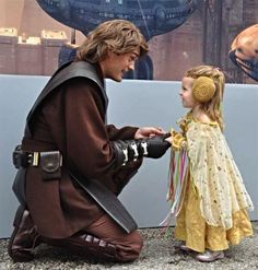 OMG!!! Anakin cosplayer with little Padmé cosplayer!!! Dying of cute!!! #StarWars @Her Universe @Cat Taber pic.twitter.com/1iyaKIrJ0B