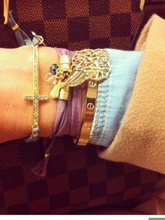 De Charlotte design, strass cruz seda verde agua a 15€ y pulsera seda hoja troquelada en dorada 18€.
