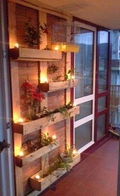 Estruturas de madeira feitas sob medida podem formar floreiras e servir de apoio para vasos de plástico ou metal. Para isso, até as estruturas de pallets podem servir como matéria-prima. Porém, para maior durabilidade da peça recomenda-se o uso de madeiras como cumaru ou teca, mais resistentes à umidade