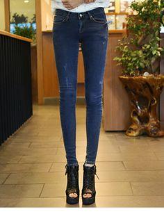 Today's Hot Pick :潮流时尚★纯色磨损小脚牛仔裤 http://fashionstylep.com/SFSELFAA0014289/hkm0977cn/out 2014 S/S 最具人气潮流单品! 个性牛仔裤,穿上它让您成为个性潮人! 做旧磨损设计,增添时尚感和层次感,点缀女性另一种美丽帅气~ 沉稳大气的色彩,让街头时尚也可以优雅娴静~! 修身小脚裤型,打造修长美腿,划分黄金比例~ 心动不如行动,赶快入手一件吧~ - 纯色- - 做旧磨损 - - 修身版型 -