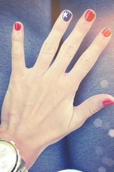 4th of July nails - this is really cute...  I think even I could pull that off!