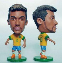O modelo é produzido pela empresa chinesa Kodoto. Há também o minicraque de Neymar na Copa das Confederações, com a camisa 10 da seleção brasileira. Nos dois bonecos, o atacante aparece de barba.30/07/2013.