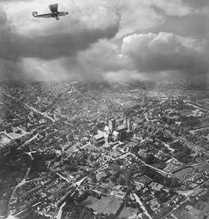 Aerial shot of London in the 1920s by photographer and pilot Alfred G Buckham. This is a stunning photo.