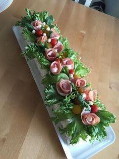 kinkku voileipäkakku Meat Trays, Meat Platter, Cheese Platters, Food Platters, Food Plating Techniques, Salad Cake, Food Bouquet, Sandwich Cake, Food Garnishes
