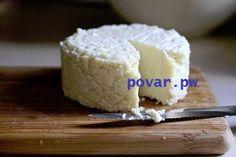 ТОР - 14 Подборка вкусных домашних сыров!  1.Домашняя моцарелла.  Ингредиенты:  На 2 порции: ●1 л молока ●125 г натурального йогурта ●1,5 ч.л. соли (можно больше, кто как любит) получается не сильно солёная ●1 ст.л. уксусной эссенции (25%)  Приготовление:  Молоко с солью нагреть, но не доводить до кипения. Добавить йогурт, перемешать, добавить уксус, хорошо перемешать и убрать с плиты. Дуршлаг застелить чистой марлей свёрнутой примерно в 4 слоя, вылить туда свернувшееся молоко (сыворотку не…