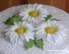 """Fondant Daisies in """"Flowers"""" — Photo 1 of 7 (easy daisy tutorial) Sugar Paste Flowers, Icing Flowers, Fondant Flowers, Clay Flowers, Edible Flowers, Fondant Bow, Fondant Cakes, Fondant Flower Tutorial, Cake Tutorial"""