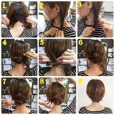 短くなって初めてのアレンジ やり方 巻かなくてOKです✨ ①なんとなくジグザグに分けます ②それぞれ三つ編みします ③少しずつつまみ出してほぐします ④左の三つ編みは右側に持ってきます ⑤その時に毛先は内側に折り込んでピンで固定します ⑥固定した状態 ⑦右の三つ編みは左側に持ってきて、同じように毛先は折り込んでピンで固定します ⑧トップを引き出します ⑨完成です 詳しくはブログへ