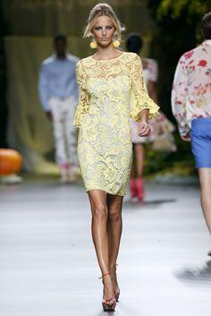 [ MBFW ] De toda la propuesta del diseñador Francis Montesinos, PREMIUMFEST elige este vestido con manga tres cuartos de encaje amarillo, que se sobrepone a un vestido liso de tirante fino blanco. Destaca la inspiración andaluza en los volantes de las mangas del vestido y en los llamativos pendientes.