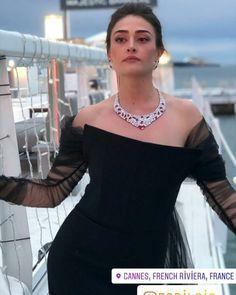Queen 😍💕 الصوره اخترررقت قلبيي 🙊❤❤ Bollywood Actress Hot, Pakistani Actress, Turkish Wedding, Esra Bilgic, Turkish Beauty, Iranian Beauty, Pakistani Models, Beautiful Muslim Women, Instyle Magazine