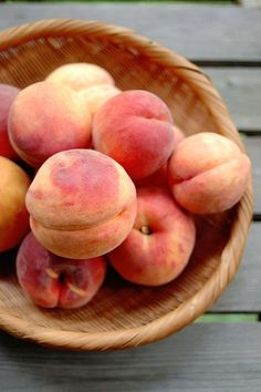 'wassar' peach i. a hybrid of white peach and yellow nectarine Fruit And Veg, Fruits And Vegetables, Fresh Fruit, Pink Fruit, Juicy Fruit, Eat A Peach, Sweet Peach, Peach Aesthetic, Beautiful Fruits