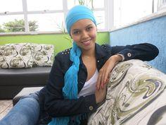 Caroline, de 20 anos, mantém um blog onde fala sobre beleza e leucemia. Leia reportagem completa em http://glo.bo/1ppU6ES (Foto: Anna Gabriela Ribeiro / G1)