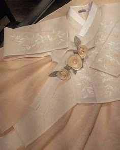 여름이 시작되던 지난 6월 일본에서 제일교포분들이  방문하셨습니다ㆍ ''여기가 더단 맞습니까?''ㆍ  예쁜 따님의 결혼 한복을 지어 주신다고 인스타보고  물어물어 찾아