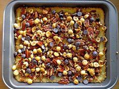FacebookTwitterGoogle+Pinterest Deze plaatkoek met noten en kokos is heel makkelijk te maken en je kunt er noten voor gebruiken welke je nog in huis hebt. Ik zelf heb meestal wel pecannoten in huis en amandelen of hazelnoten en deze waren heerlijk op deze plaatkoek maar gebruik rustig walnoten of macadamianoten als je die in huis