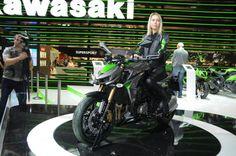 """Kawasaki Z1000, prezzo e video ufficiali Novità Kawasaki 2014 – La nuova Z1000 ora è più cattiva e con linee più aggressive"""" che mai.  Il motore è stato rivisto e ora è più potente e pronto sia ai bassi sia agli alti regimi. L'ABS è di serie. Arriverà a dicembre. Ecco il video ufficiale - See more at: http://www.insella.it/news/kawasaki-z1000-prezzo-video-ufficiali#sthash.9naBMdhU.dpuf"""