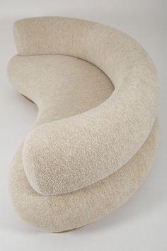 Contemporary Rugs, Contemporary Interior, Modern Interior Design, Minimalist Sofa, Minimalist Decor, Wabi Sabi, Sofa Furniture, Furniture Design, Round Sofa