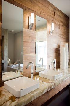 Мраморные полы, стена из орехового дерева, ониксовая столешница - поистине роскошная ванная комната.Читать далее »