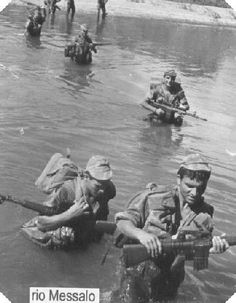 Portuguese Paratroopers crossing the Messalo River in Mozambique - African Colonial War Colonial, Military Photos, Paratrooper, Cold War, Armed Forces, Lisbon, World War Ii, Marines, Weapon