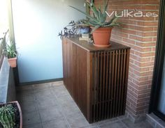 Aire acondicionado oculto bajo repisa de madera