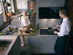 Komínový odsávač FRANKE VERTICAL EVO FPJ 915 V BK A v interiéri modernej kuchyne.