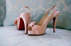 Weddbook ♥ Blush rosa slingback in raso Christian Louboutin e peep toe pompe di nozze con fondo rosso.   Louboutin slingback   peeptoe arrossire   raso rosa
