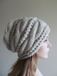 Tuque tricotée ou bonnet qui fait de laine épaisse douce et mélange de fils acrylique dans la couleur gris naturel fait à la main. Elle est équipée en vrac, épais et confortable. C'est un accessoire de grande saison froide. Vedette couleur: Gris naturel S'il vous plaît sélectionnez votre