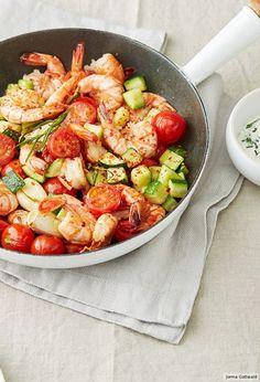 Mediterraner Pfannen-Genuss mit Garnelen, Tomaten, Zucchini und Petersilien-Schmand!