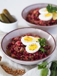 Čočka s řepou, kyselou okurkou a vajíčkem je jedním z mých oblíbených jídel do krabičky. Je totiž výborná i studená – nevím jak vy, ale my ve škole nemáme možnost si jídlo ohřát. A navíc je strašně rychlá! Trvá přesně tak dlouho, kolik vám zabere uvaření namočené čočky. Mezitím si totiž připravíte zbytek ingrediencí – uvaříte vajíčka, nakrájíte řepu (pokud jste ji nekoupili už nakrájenou) a kyselou okurku a pak stačí vše jen smíchat dohromady. Ethnic Recipes, Food, Essen, Meals, Yemek, Eten