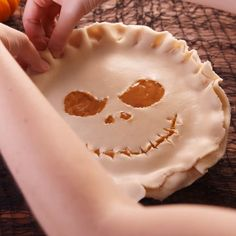 Jack Skellington& grin seals the deal on this wicked halloween dessert The post Jack Skellington-Inspired Pumpkin Caramel Pie appeared first on Food Monster. Halloween Snacks, Dessert Halloween, Halloween Dinner, Halloween Pie Recipe, Halloween Finger Foods, Halloween Food Crafts, Halloween Breakfast, Pumpkin Breakfast, Halloween Parties