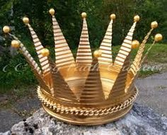 Picture result for crowns from tin cans Little Christmas Trees, Diy Christmas Tree, Christmas Candles, Homemade Christmas, Christmas Ornaments, Tin Can Crafts, Easy Diy Crafts, Fun Crafts, Arts And Crafts