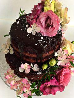 Super chocolate naked wedding cake mit lecker-saftigem Schokoladenteig, Mousse au chocolat-Füllung und Schokoladensauce. #julissweets #chocolate #cake #weddingcake #nakedcake