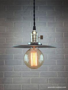 Diese einfache industrielle Pendelleuchte ist voller Charakter und Vintage-Charme.  Es beginnt mit der 8 unvollendete Stahl Schatten. Der
