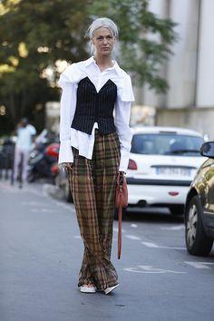 Street Style PFW by LeoFaria @streetstylemood Calça Xadrez, Camisa Branca, cabelo platinado, bolsa vermelha