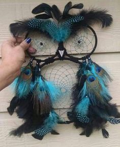 dreamcatcher designs, owl-shaped dream catcher in black, decorated with turquoise and black, spotted and peacock feathers, and held by a hand What Are Dream Catchers, Making Dream Catchers, Doily Dream Catchers, Dream Catcher Craft, Owl Crafts, Diy And Crafts, Macrame Owl, Crochet Dreamcatcher, Le Jolie