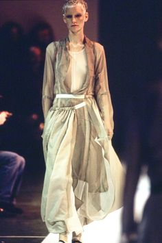 See the complete Comme des Garçons Spring 1994 Ready-to-Wear collection.