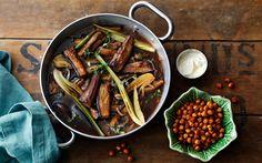 Auberginegryde med fennikel og ristede kikærter Auberginen er kogt ind med en masse smag af timian, hvidløg, fennikel og æble. Ristede kikærter giver et sprødt element med smag og højt proteinindhold.