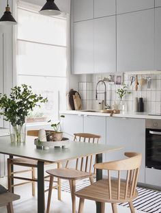 my scandinavian home: Cate St Hill's Scandinavian Inspired London Oasis The style of Scandinavian Interior Designs is one of the current popular design styles. Kitchen Inspirations, Scandinavian Kitchen, Dining Room Design, Scandinavian Kitchen Design, House Interior, Simple Interior, Simple Interior Design, Minimalist Kitchen, Kitchen Renovation