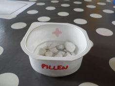 Thema 'Ziek': Pillen maken met boetseerpasta Pet Health, In Kindergarten, Childcare, Kids Playing, Koalas, Apothecaries, Pills, Boys Playing, Child Care