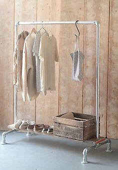 Es un perchero lineal para colgar ropa.