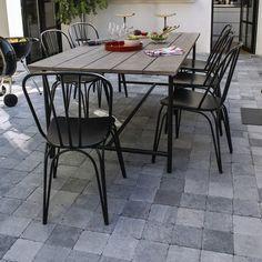 Chaise et table en metal : Et si vos zones extérieures prenaient des allures de déco industrielle ? On a dégoté les meubles parfaits pour cette option. Table Atago, L 200 x l 100 x H 74 cm, 349,90 € et chaise Atago, l 50 cm x P 56 cm x H 82,5 cm, 49,99 €, Blooma pour Castorama