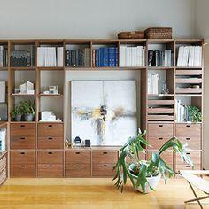 無印良品のスタッキングシェルフは、リビング収納として使う人も多いですね。見せる収納と隠す収納を上手に組み合わせて、オリジナルの棚を作ってみては!