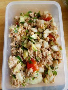 Tonijn salade met ui tomaat komkommer rucola yogurt mayo peper en zout . Heerlijk als lunch op een rijstewafel .
