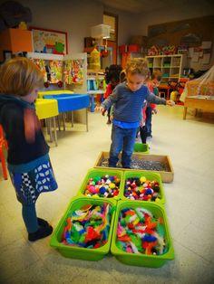 Er staan verschillende voelbakken waarin verschillend materiaal zit.De kindjes moeten met hun sokken er doorstappen. Zodat ze de zintuigen prikkelen en dan benoemen ze het materiaal.