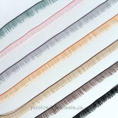 Tiras de pestañas de aproximadamente 20cm de largo y 9mm de ancho. Disponibles en diferentes colores.