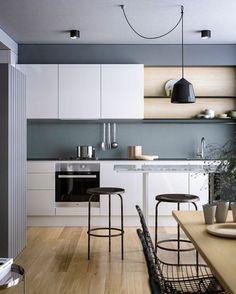 cocina-rustica-horno-integrado-cocina-pequeña-mucha-espacio-brillante-lampara-colgante