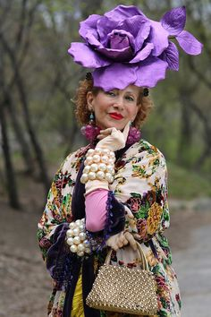 Purely Patricia In Central Park (Advanced Style) Style And Grace, Style Me, Streetwear, Advanced Style, Ageless Beauty, How To Pose, Aging Gracefully, Old Women, Flowers In Hair