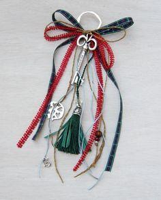 gr504865 {16,50 €} χειροποίητο γούρι με επάργυρο κλειδί και ρόδι, κορδέλες και ιδιαίτερη φούντα