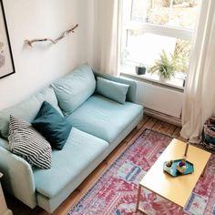 Ein stilvolles Wohnzimmer! Der Teppich im Used-Look ist ein Klassiker. Dazu die mutige Kombination mit dem hellblauen Sofa, die sehr gut ankommt! Hier wäre man gern zuhause! #wohnzimmer #livingroom #einrichten #ideen #ideas #deko
