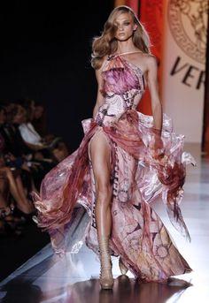 Versace Haute Couture F/W 2013 Paris Fashion Week presentation via Laineygossip Atelier Versace, Fashion Moda, Look Fashion, Fashion Show, Fashion Design, Couture Mode, Couture Fashion, Runway Fashion, Fashion Week Paris