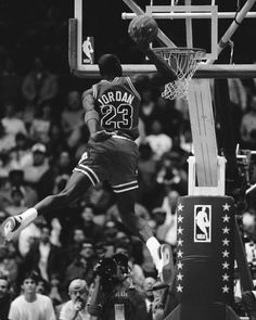 Fotografia de notícias : Michael Jordan of the Chicago Bulls attempts a. Basketball Pictures, Basketball Legends, Sports Basketball, College Basketball, Basketball Goals, Dear Basketball, Basketball Memes, Sport Football, Basketball Players