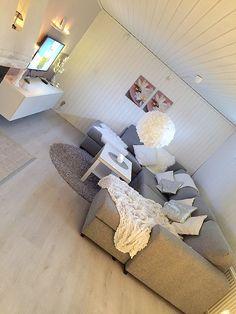 Ikea golv, soffa från soffadirekt, Ikea tv bänk bestå, Pimpat Ikea lack bord, rislampa med kaffefilter, cozy Livingroom